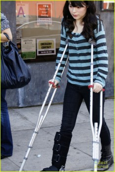 7c4d93154791787 [Medium Quality] Miranda Cosgrove   Out and About on Crutches in LA   October 17, 2011 [Tags]