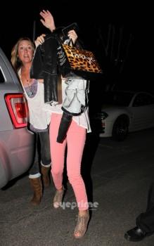 a19e43169557249 Selena Gomez Outside a Mexican Restaurant  1/12/12