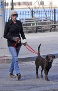 Энн Хэтэуэй, фото 5943. Anne Hathaway 'Walking her dog in Brooklyn', february 5, foto 5943